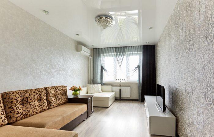 Глянцевый потолок в дизайне однокомнатной квартиры