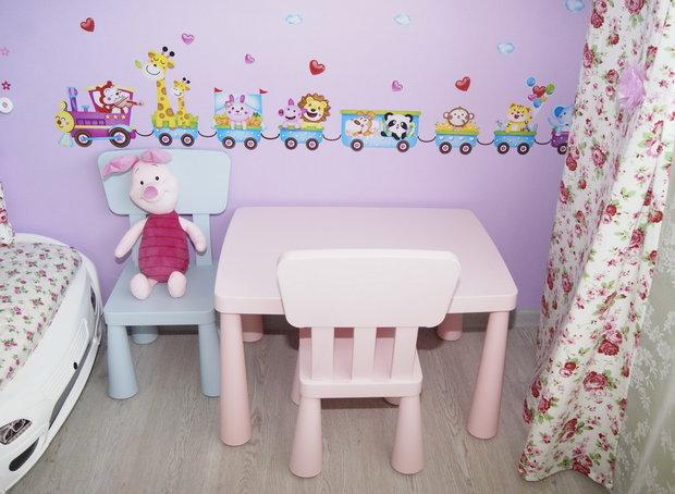 Детский игрушечный столик в интерьере