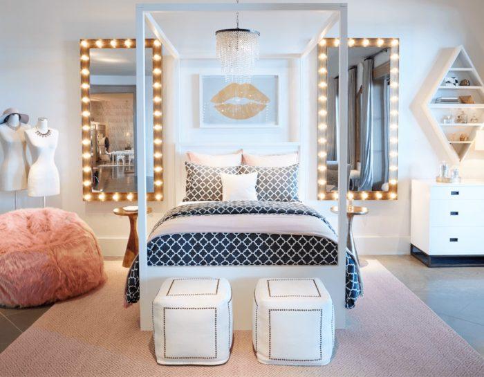 Зеркало с лампами в комнате для подростка девочки