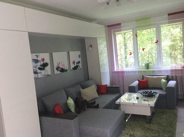 Зона хранения вокруг дивана в гостиной