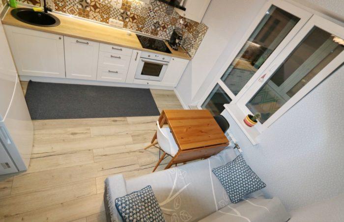 Кухня с диваном в однокомнатной квартире