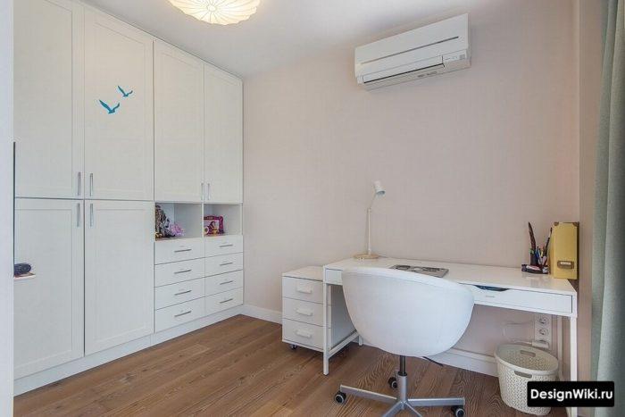 Нейтральный простой дизайн комнаты для молодого человека