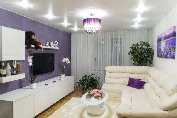 Однокомнатная квартира в белом и фиолетовом цвете