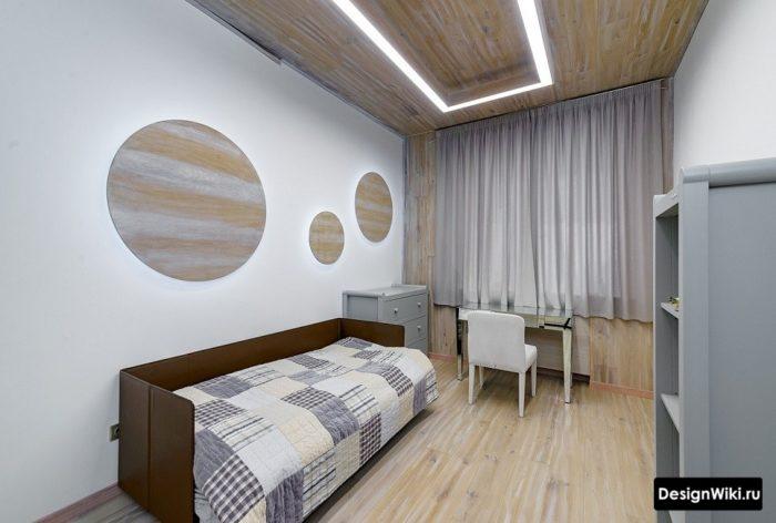 Окрашенные белые стены в комнате подростка