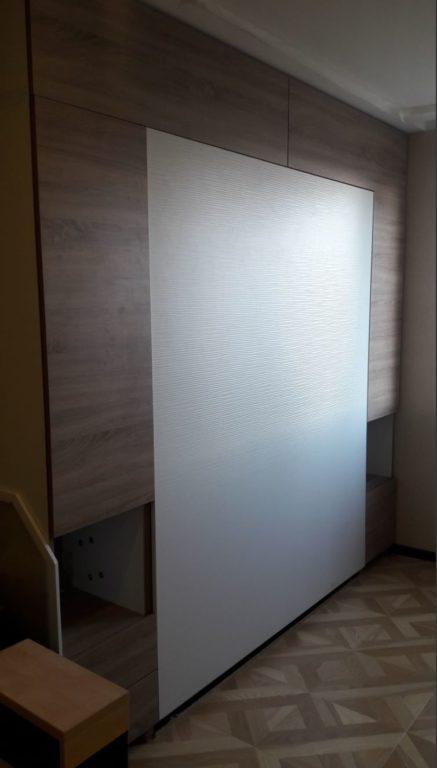 Откидная из стены кровать в однокомнатной квартире