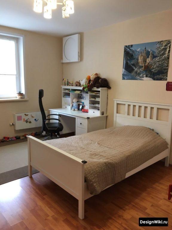 Полуторная кровать в комнате подростка