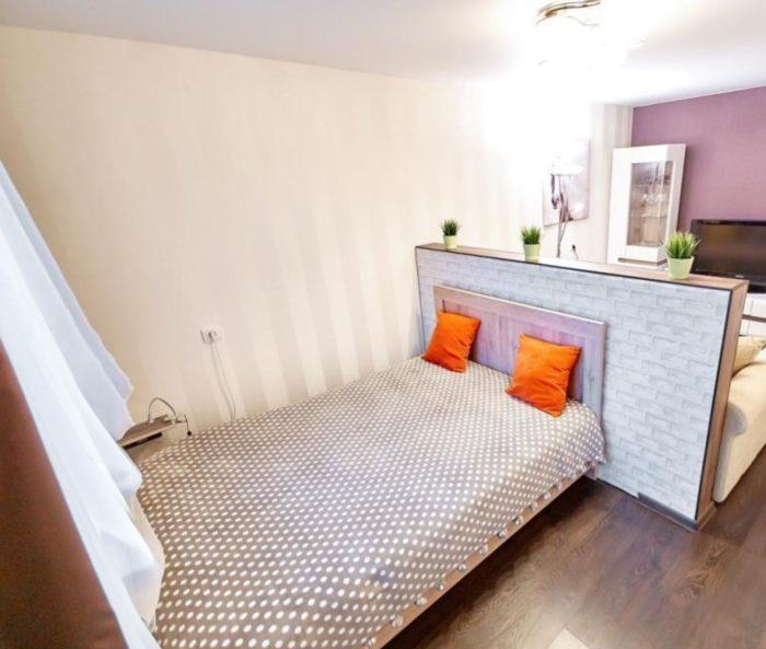 Полуторная кровать в однокомнатной квартире
