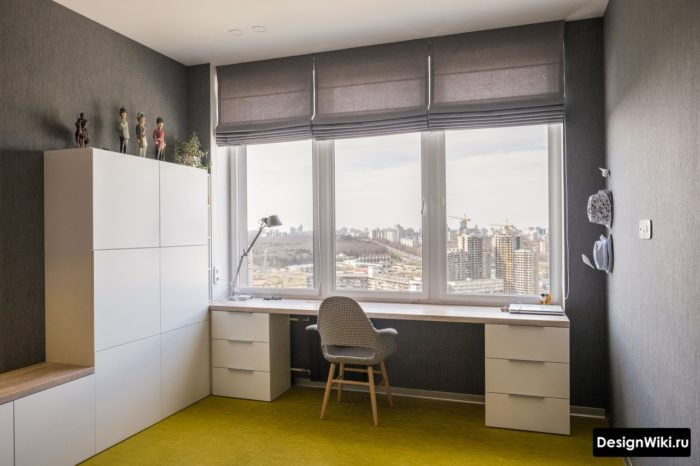 Рабочая зона у окна в комнате подростка