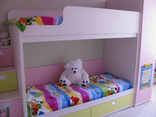 Розовая двухэтажная кровать для девочек