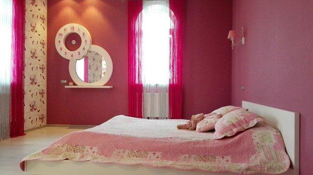 Розовые стены в комнате для девочки