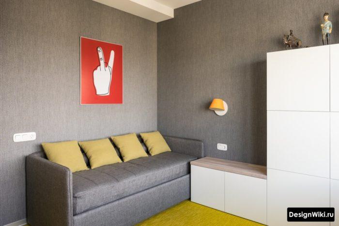 Серые обои и красный постер в комнате для подростка