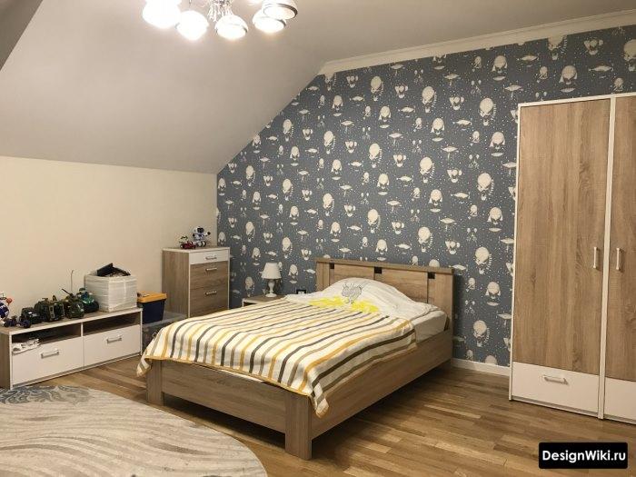 Серые обои с белым узором в спальне для подростка