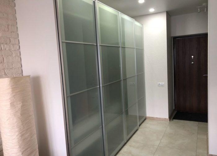 Стеклянный шкаф-купе в прихожей однокомнатной квартиры