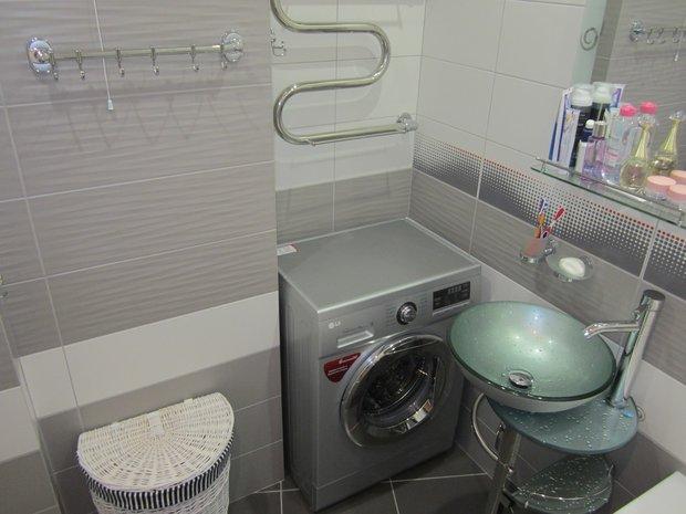 Стиральная машина в ванной в однокомнатной квартире