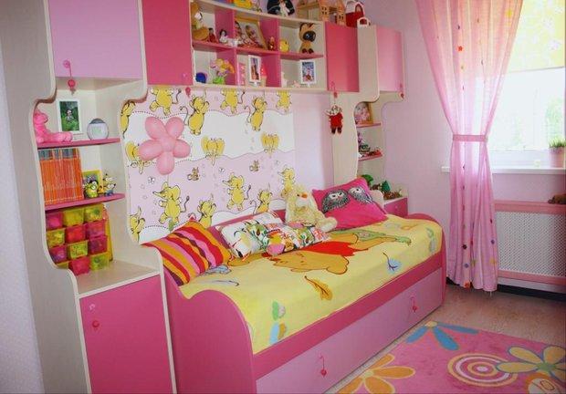 Яркая розовая детская комната для девочки
