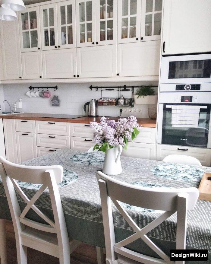 белая кухня со стеклянными вставками