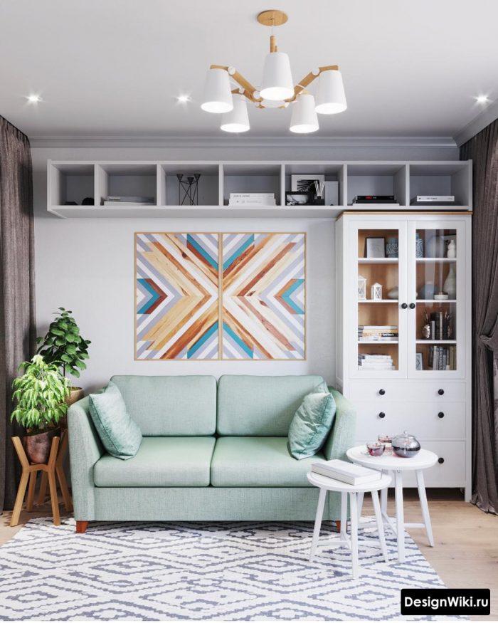 интерьер гостиной в скандинавском стиле с бирюзовым диваном