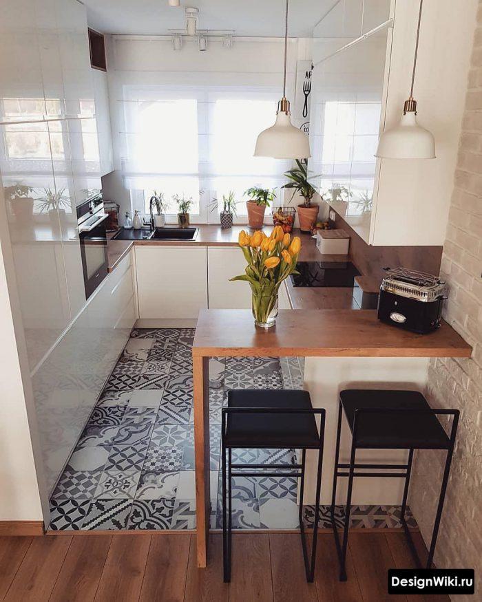маленькая кухня в скандинавском стиле с барной стойкой