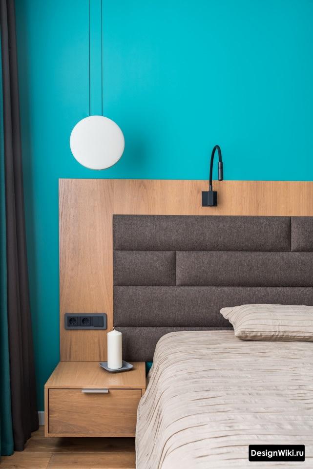 спальня в скандинавском стиле с голубой стеной