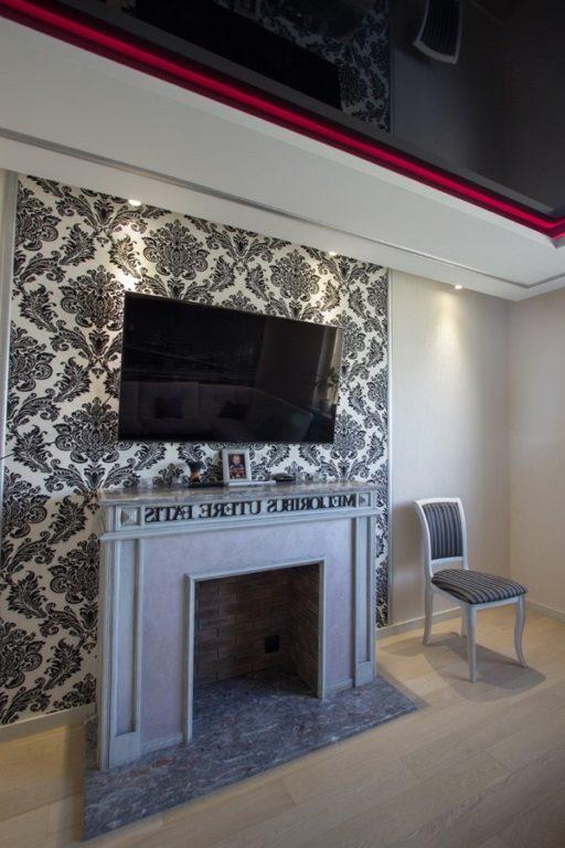 Акцентная стена обои с узором и телевизором