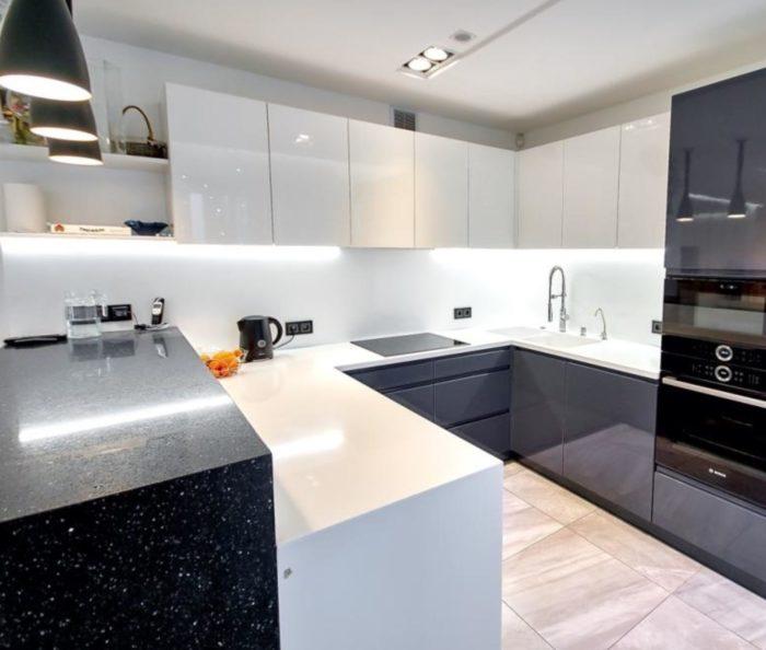 Барная стойка-лесенка между кухней и гостиной