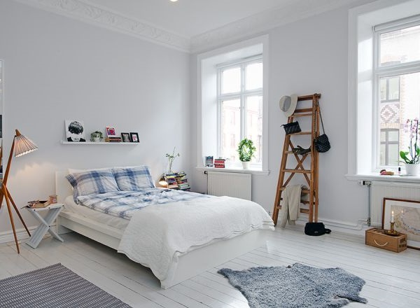 Бежевые стены в обычной спальне