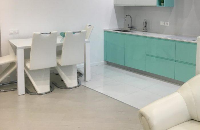 Белая глянцевая квадратная плитка на полу кухни