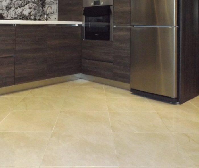 Белая затирка плитки на полу кухни