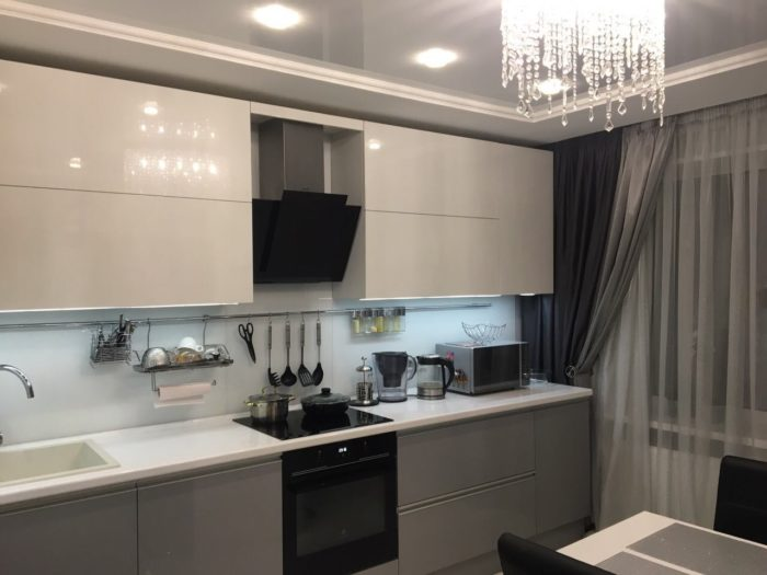 Белая кухня с подъемными фасадами
