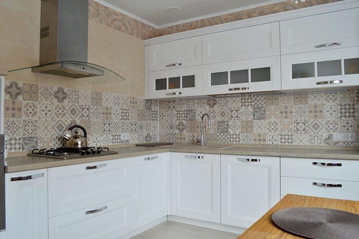 Белая кухня с фризом и деревянной столешницей
