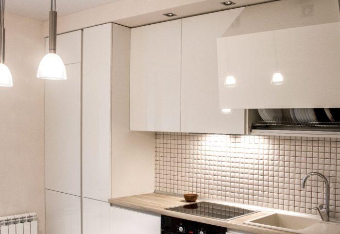 Белая мозайка на фартуке кухни
