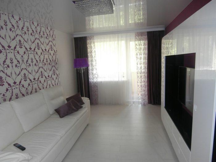 Белые обои с фиолетовым узором в гостиной