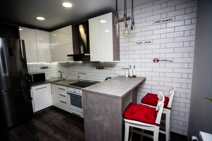 Белый декоративный кирпич на рабочей стене кухни