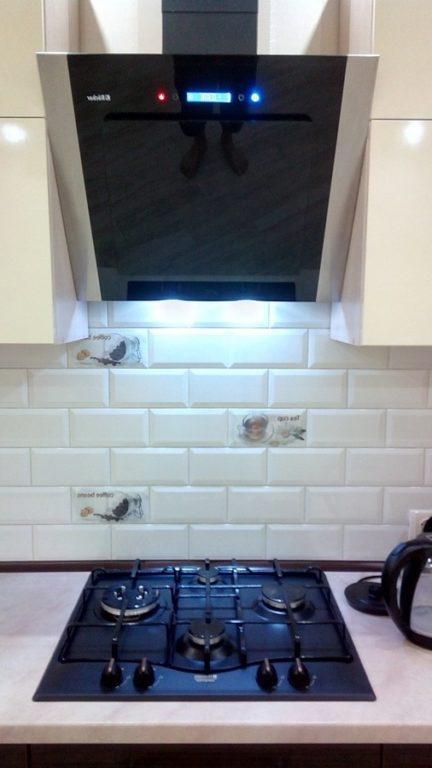 Белый кабанчик с вставками на фартуке кухни