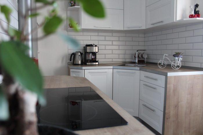 Белый кабанчик с чёрной затиркой на фартуке кухни
