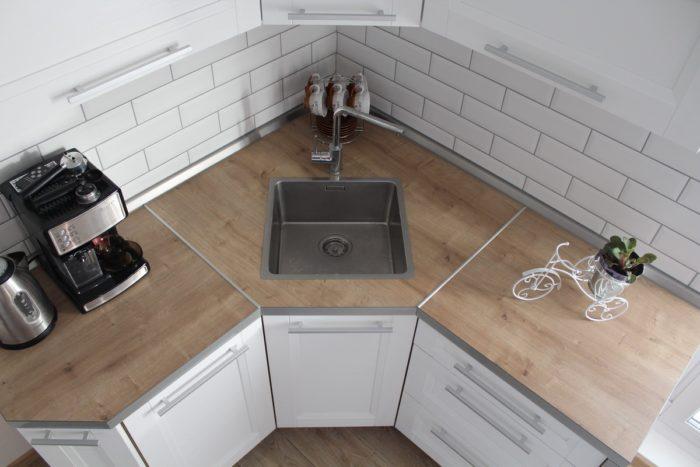 Белый кабанчик с чёрной фугой на кухне