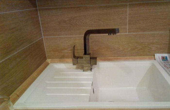 Белый цвет затирки плитки на фартуке кухни
