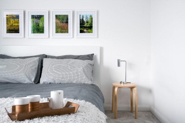Белый цвет и дерево в интерьере спальни