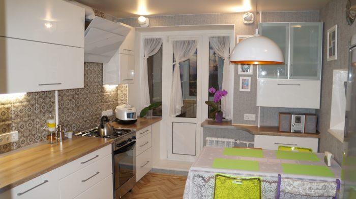 Белый цвет и дерево на кухне