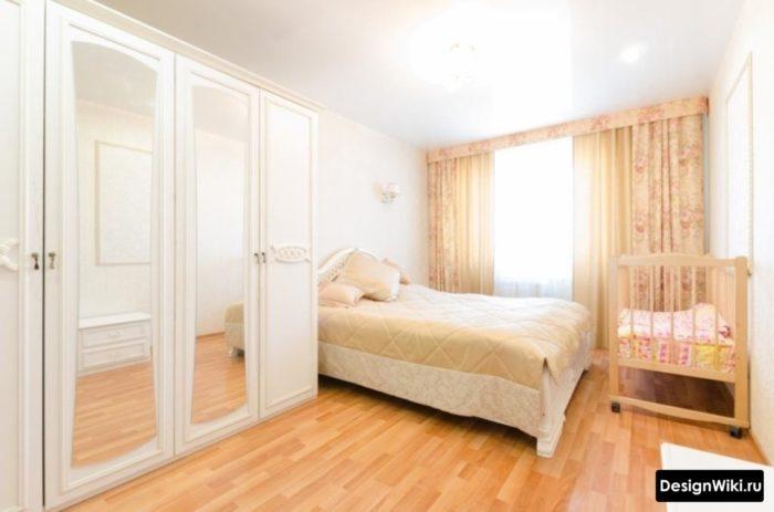 Белый шкаф в спальне с детской кроватью