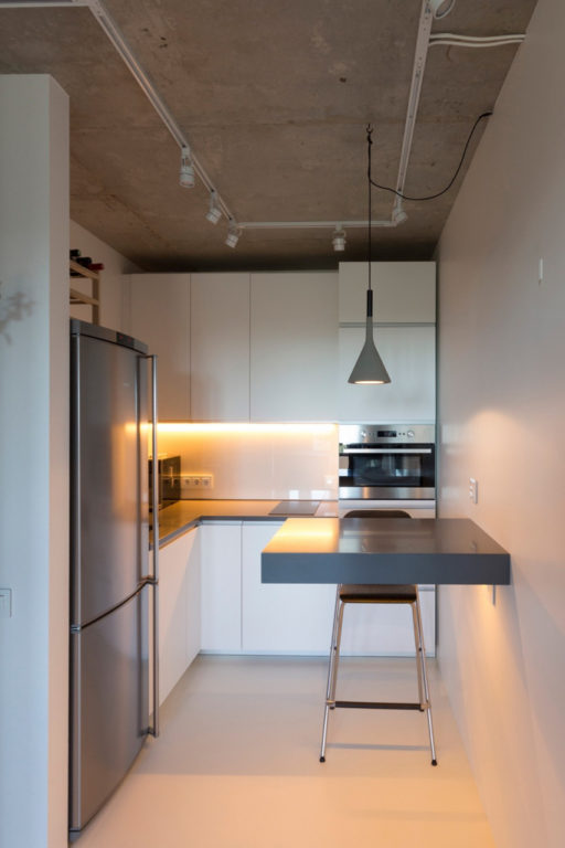 Бетонный потолок в маленькой лофт кухне