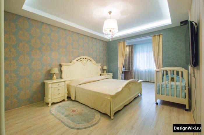 Бирюзовые обои в спальне с детской кроваткой