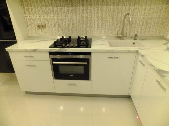 Большая квадратная плитка на пол на кухне