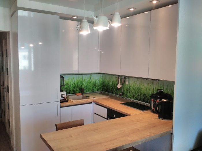 Выбор распашных фасадов без ручек на кухне