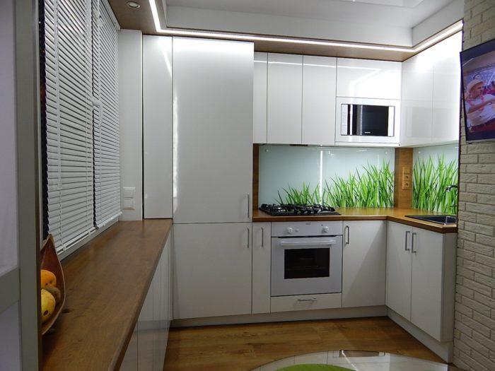 Глянцевая белая кухня со столешницей подоконником