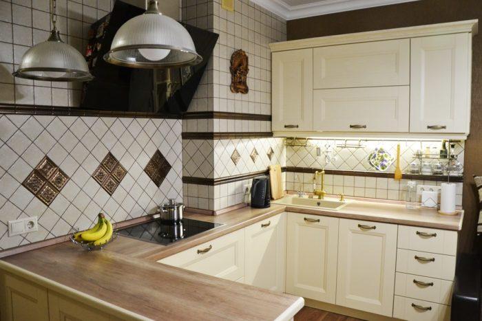 Г-образная кухня с деревянной столешницей