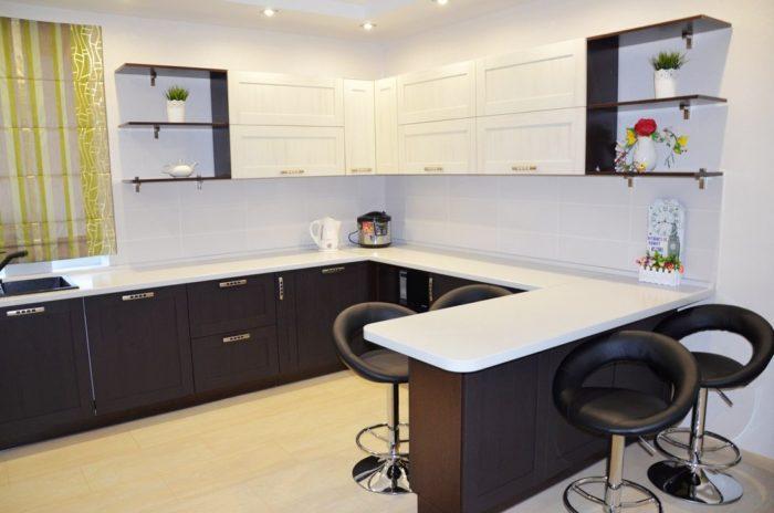 Г-образная угловая кухня с барной стойкой