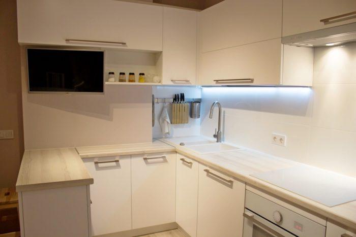 ДСП с имитацией дерева на белой кухне