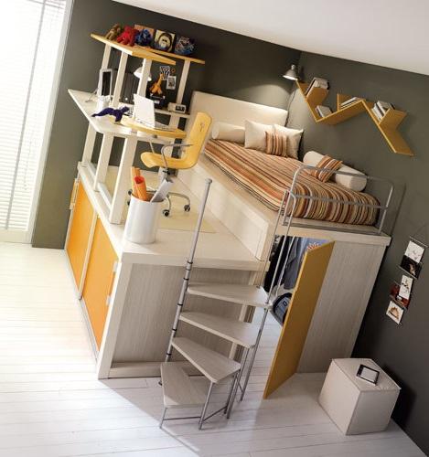 Двухуровневая зона для детей в комнате родителей