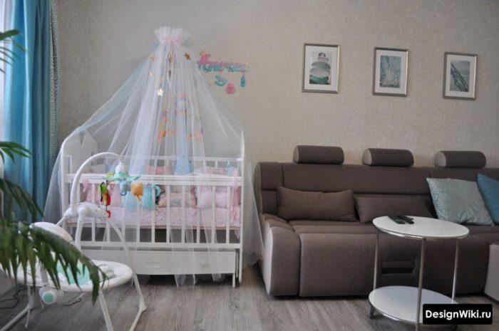 Детская кроватка в гостиной
